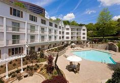 The best honey moon hotel in Atlanta. Moon Hotel, Atlanta Hotels, Dog Friendly Hotels, Best Honey, Us Destinations, Us Travel, Travel Tips, Best Places To Eat, Dog Friends