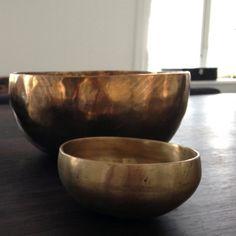 Tibetansk håndslået messing skål Serving Bowls, Decorative Bowls, Tableware, Home Decor, Dinnerware, Dishes, Interior Design, Home Interior Design, Bowls