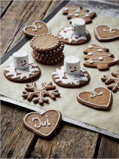 Sponsoreret af FINAX Peberkager, eller skulle jeg sige kæmpe pebernødder som fine små julekager. Disse julekager indbyder til fri leg! Måske er det i virkeligheden det jeg elsker ved julen, på en eller anden måde ser vi alle verden med lidt mere barnlige øjne? Julen er hjerternes og børnenes fest! Det er som om at alt er tilladt i julen, intet bliver grimt, når det får lidt ekstra lir, glimmer og snedrys. Jeg er pjattet med det! Slip den barnlige side fri og sidde sammen som familie og…