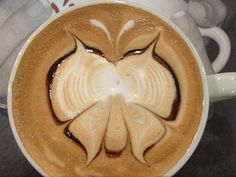 Everyone loves going to a café, ordering a latte and being presented with a lovely heart or flower etched in foam on top. A latte is a coff. Arte Del Cappuccino, Cappuccino Art, Coffee Latte Art, Coffee Shop, Coffee Lovers, Coffee Coffee, Coffee Time, Coffee Cups, Coffee Heart