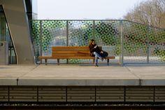 FSC hout zit ook nog eens gewoon lekker in Station Goffert, Nijmegen. Jan Kuipers Nunspeet en Koninklijke Dekker voor Prorail. Outdoor Furniture, Outdoor Decor, Netherlands, Bench, Public, Space, Projects, Beautiful, Design