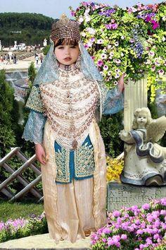 Algerian girls in traditional dress called Shedda