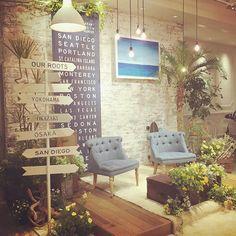 *VISTA* メインテーブル装飾は 2人が見た景色に近い空間をイメージし 青い空と海を連想させるボード、 少し乾燥した地帯に咲いていた黄色い花、 青々と茂るヤシの木、ふたりのルーツに まつわる都市の方角を表す看板。 テーブルはTRUNKを、背面に飾った ネイビーのタペストリーは、ふたりが ロードトリップで訪れた主要都市が! #TRUNKBYSHOTOGALLERY #wedding #weddingdress #weddingphoto #sandiego #結婚式 #結婚式場 #披露宴 #アメリカ #サンディエゴ #西海岸 #ヤシの木 #観葉植物 #看板 #海 #砂浜 #メインテーブル #高砂 #ウェイティング #ウエディング #プレ花嫁 #ゼクシィ #takeandgiveneeds #トランク #diy #handmaid #ハンドメイド #結婚式準備 #留学 #南国感