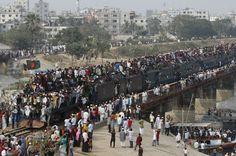 PELEGRINOS MUSULMANES EN DACCA, BANGLADESH | domenica 20 gennaio 2013 | Dacca, Bangladesh - AP Photo/ Pavel Rahman - Pellegrini musulmani si affollano intorno a un treno dopo la fine di una cerimonia religiosa sul fiume Turag. Dacca, Bangladesh.