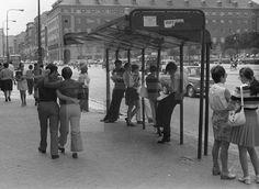 JÓVENES: Madrid, 1-6-1972.-Jóvenes esperan el autobús y pasean por las calles del distrito de Moncloa, cercano a la Universidad Complutense. EFE/nr