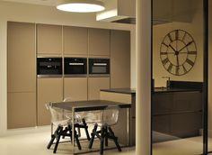 Kuchnia, płynne linie, gładkie przejścia. Przestrzeń kuchenno - pokojowa oddzielona szklaną ścianą Rimadesio. #architekturawnetrz #wnetrza #projektywnetrz #design #architecture #interiors #welovedesign #goodtaste #classicstyle #modernstyle #art #homeart #home #house #houseidea #pracowniawnetrz #interiorproject #meble #włoskistyl # freski #siematic