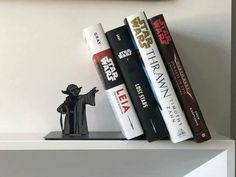 A MUST HAVE for Star Wars Fans? on Laughing Squid site: Hallmark is featuring a metal Star Wars Yoda bookend that makes it appear as if the legendary Jedi Master is holding up your collection of books with his force powers. Star Wars Decor, Decoration Star Wars, Star Wars Art, Star Wars Love, Geek Decor, Star Wars Zimmer, Star Wars Bedroom, Nerd Bedroom, Design Bedroom