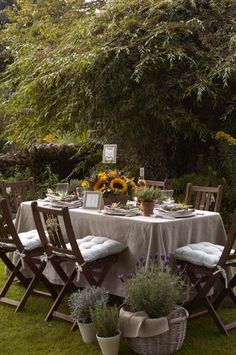 Gardening Autumn - al fresco dining - With the arrival of rains and falling temperatures autumn is a perfect opportunity to make new plantations Outdoor Rooms, Outdoor Dining, Outdoor Tables, Outdoor Gardens, Outdoor Furniture Sets, Outdoor Decor, Dining Table, Rustic Outdoor, Rustic Table