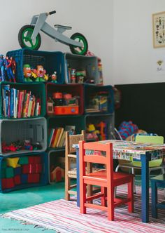Quarto de brinquedos divertido, colorido e organizado com caixotes de plástico. Amamos a ideia <3 Veja mais em www.historiasdecasa.com.br #todacasatemumahistoria #kidsroom #organização