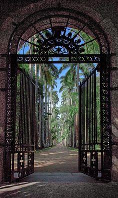Portão de entrada do Jardim Botânico do Rio de Janeiro, RJ, Brasil.  Fotografia: Ricardo Bevilaqua no Flickr.
