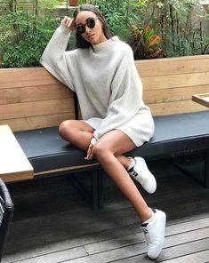 Peças oversized para você usar como verstido - #GuitaModa. Suéter bege, tênis branco