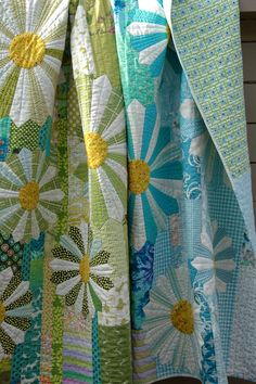 Finally a friday finish to share: my pushing up daisies is by partly quilted by hand (the background. Longarm Quilting, Hand Quilting, Quilting Projects, Quilting Designs, Sewing Projects, Quilting Ideas, Applique Designs, Sewing Tips, Dresden Plate Patterns