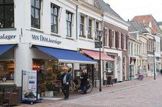 In de Laarstraat bevinden zich veel kleine(re), aparte speciaalzaken. Bijvoorbeeld dé sleutelspecialist van Zutphen, een bijzonder kundige meubelmaker, ...