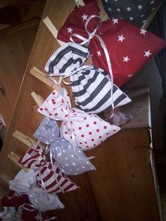 Adventní+kalendář+trošku+jinak+Veselý+adventní+kalendář+z+24+pytlíčků+zkrátí+dětem+kouzelné+očekávání+Vánoc.+Pytlíček+má+rozměr+12x15+cm.+Zavěsit+lze+kamkoli-provázek,+síť.+Baleno+do+dárkového+pytlíku.+Před+začátkem+adventu+naplníte+pytlíčky+oblíbenými+dobrotami+či+drobnými+dárky.+Použití+i+pro+více+sourozenců+najednou,+pro+partnera,+partnerku-taky...