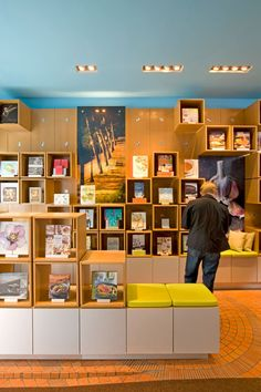 Chronicle Books uses their retail space to immerse consumers in all things Chronicle, and as an opportunity to show all their lines in a concentrated environment. Bookstore Design, Library Design, Design Desk, Book Design, Visual Merchandising, Childrens Bookstore, Interior Design Principles, Store Layout, Retail Store Design