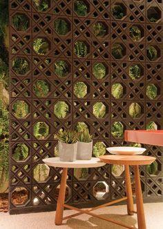 Para delimitar o jardim sem isolá-lo do escritório, as arquitetas Andrea Ceconello e Juliana Corradi, de Santo André, SP, recorreram ao modelo de concreto Muxarabi (39 x 39 cm) pintado de tinta acrílica preta fosca. Da Neo-Rex, a unidade custa R$ 13,63.