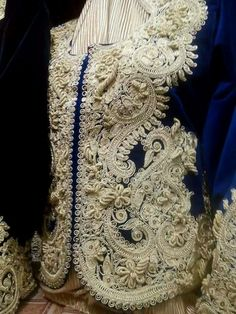Algèrie #Fettla#فتلة Couture Embroidery, Couture Sewing, Gold Embroidery, Vintage Style Outfits, Vintage Fashion, Kurta Men, Silk Kaftan, Afghan Dresses, Embroidery On Clothes