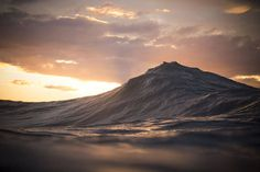 Impressive Photographs of Waves Looking Like Mountains  The work of the Australian photographer Lloyd Meudell is mainly based on the details and the atmosphere. He therefore captures waves giant masses of water going towards the sky before they break. An interesting and stylized focus on the fascinating and potentially destructive aspect of nature.  You can follow this artist on his Instagram to enjoy his shots more regularly.                      #xemtvhay