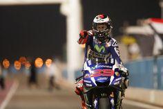 A partir de onde parou, MotoGP ™ Campeão do Mundo Jorge Lorenzo cobrado para a vitória no Grande Prémio do Qatar Commercial Bank.