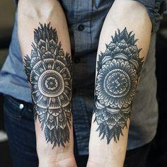Mandala Blumen Tattoos auf dem Unterarm innenseite