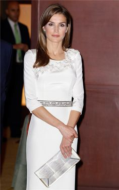 Letizia Ortiz con bolso blanco print animal de Hugo Boss