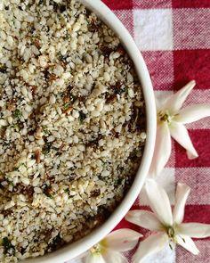Rapi-Receta  By @beatrizpirrone  Empanizado gluten-free!  INGREDIENTES:  1/4 taza de perejil picadito  1 1/2 taza de ajonjolí blanco  1 cucharadita de semillas de: Comino Cilantro Alcaravea Hinojo  PROCEDIMIENTO:  1. Pon a fuego medio un sartén y dora el ajonjolí y las semillas (debes mezclar constantemente para que no se quemen)  2. Una vez tostadas las semillas ponlas en un procesador de alimentos y procesalas hasta que se rompan un poco.  3. En un bolw mezcla el perejil y las semillas…