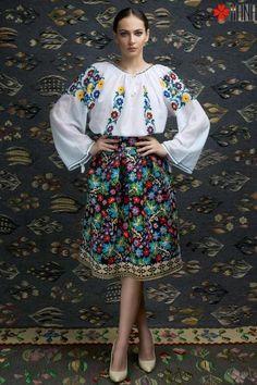 Ie Traditionala Romaneasca Maneca Lunga Motivul Primavara Folk Fashion, Ethnic Fashion, Womens Fashion, Casual Look For Women, Romanian Girls, Romanian Food, Embroidery Fashion, Polish Embroidery, Mode Editorials