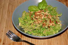 Pasta med broccolipesto, ærter og pinjekerner