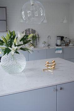Interior Design Inspiration, Kitchen Design, Glass Vase, Table Decorations, Furniture, Kitchens, House Ideas, Home Decor, Snow