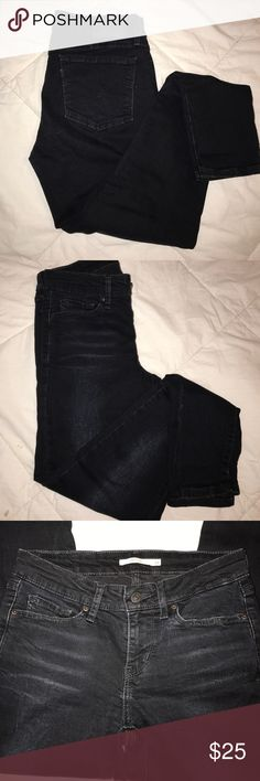 Ankle cropped levi's Only worn twice great condition. Like new. Extremely dark blue/slightly black in color Levi's Jeans Ankle & Cropped