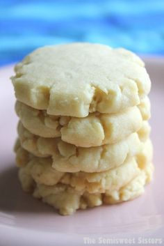 Vanilla Shortbread Cookies (only 4 Ingredients). Rich crumbly buttery vanilla co… Vanilla Shortbread Cookies (only 4 Ingredients). Vanilla Cookies, Yummy Cookies, Easy Shortbread Cookies, Shortbread Recipes, Vanilla Cookie Recipe, Quick Cookies, Vanilla Recipes, Vanilla Biscuits, Desert Recipes