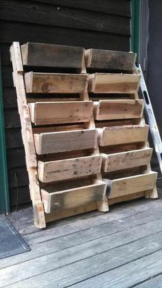 Oh my! I would love love love this! So many uses.so little time! ~old pallet ideas my! I would love love love this! So many uses.so little time! ~old pallet ideas Old Pallets, Pallets Garden, Pallet Gardening, Pallet Crafts, Pallet Projects, Diy Pallet, Pallet Stairs, Pallet Wood, Diy Projects