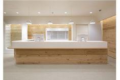 小川都市建築事務所が手掛けたカフェのような調剤薬局。山梨県に店舗を展開する富士薬局の東京の大森店。ぬくもりと清潔感があります。