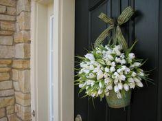 Im Frühling die Tür mit Blumen schmücken