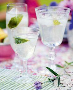 En frisk fläkt i sommarvärmen som passar lika bra med eller utan alkohol. Mät upp vodka, flädersaft och is i ett glas. Pressa ner limejuice och fyll på med önskad mängd fruktsoda. Smaka av och... Prosecco Cocktails, Cocktail Drinks, Alcoholic Drinks, Sangria, Beverages, Lime Drinks, Vodka Lime, Diy Bar, Tequila