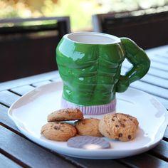 """Una taza gigante, enorme, exagerada... así es una de las mejores tazas de cerámica que podemos ofrecerte. Solo apta para los más fuertes (y bebidas frías). Ideal para aquellos que toman proteínas justo antes de muscularse en el gimnasio, esta es ideal para todos los """"musculitos"""".   La taza gigante """"Gulp in Bulk"""" está hecha con cerámica y es un torso gigante musculado de sorprendente fuerza y de color verde..."""