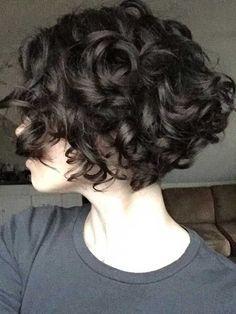 Kısa kıvırcık saç kesimi