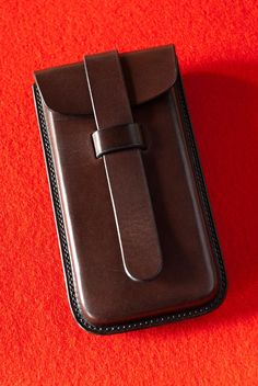 etui_iphone_03_img02_HD Leather Bag Tutorial, Leather Wallet Pattern, Leather Pouch, Leather Keychain, Leather Tooling, Leather Art, Leather Gifts, Leather Bags Handmade, Iphone 5c