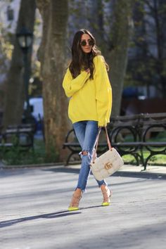 The emphasis in this outfit is the woman's yellow sweater Fashion Models, Trend Fashion, Fashion Blogger Style, Star Fashion, Womens Fashion, Latest Fashion, Fashion Top, Fashion Bloggers, Street Style 2017 Summer