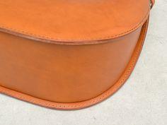 かごトート(G-51)は広い底マチと丸い盤面が形づくるフォルムで箱のような立体も入る本革トートバッグ「HERZ(ヘルツ)公式通販」