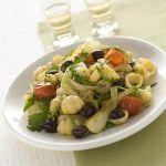 Se cerchi un primo piatto semplice ma goloso, adatto a ogni occasione, leggi la ricetta delle conchiglie con cipollotti, pomodorini, rucola e olive di Sale&Pepe.