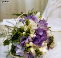 http://www.lemienozze.it/gallerie/foto-bouquet-sposa/img37068.html Bouquet sposa a cestino con fiorellini lilla