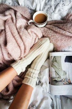 Cocooning bedroom decor – discover the Scandinavian hygge with our 63 inspiring photos Plaid Rose, Fluffy Socks, Cozy Aesthetic, Cosy Winter, Scandinavian Bedroom, Cozy Bed, Background For Photography, Cozy House, Lightroom Presets