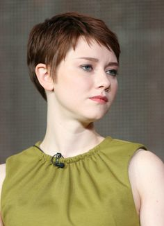 I like her cut! I wish I could pull off a super short bang. :/ Thanks, mom, for giving me your centimeter long forehead!
