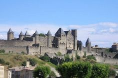 # Francia# Carcassonne è probabilmente la più bella città medievale della Francia. La città di Carcassonne è conosciuta in primo luogo come una città fortificata medievale, ma questo sperone roccioso è stato occupato dall'uomo fin dal VI secolo aC, prima come un insediamento Gallico, poi città romanadotata dai bastioni del III – IV secolo dC.  52 torri e doppia cerchia di mura per un totale di 3km. Il visitatore può scoprire liberamentegran parte della città escluso il castello: La…