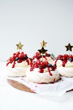 Christmas Pavlova, Christmas Desserts, Christmas Baking, Christmas Cookies, Mini Pavlova, Mini Desserts, Dessert Recipes, Dessert Shots, Cupcake Images