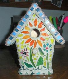 Here is my mosaic birdhouse. Stained Glass on a wooden birdhouse. Simple mosaic project, can also be made with left over ceramic. Mosaic Birdbath, Mosaic Garden Art, Mosaic Pots, Mosaic Birds, Mosaic Wall Art, Mosaic Glass, Stained Glass, Mosaic Crafts, Mosaic Projects