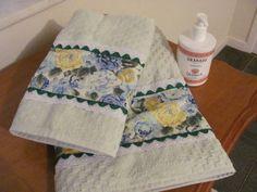 Jogo de toalhas  customizado em tecido de algodão contendo 1 toalha de banho, 1 toalha de rosto com detalhes em bordado inglês e sianinha. Cor da toalha: Verde. R$ 60,00 Dish Towels, Hand Towels, Tea Towels, Quilting Projects, Sewing Projects, Linens And Lace, Patchwork Bags, Bathroom Sets, Couture