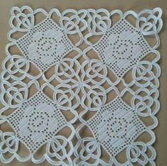 This post was discovered by Şü Filet Crochet, Crochet Motif, Irish Crochet, Crochet Doilies, Knit Crochet, Crochet Patterns, Pineapple Crochet, Crochet Tablecloth, Tatting Patterns