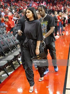 Kylie Jenner rents all of Six Flags for beau Travis Scott's birthday Coupled up: The couple (above at a Houston Rockets game on April have been dating since last Summer and in February they welcomed baby Stormi Kylie Jenner Outfits, Kendall Y Kylie Jenner, Trajes Kylie Jenner, Looks Kylie Jenner, Kylie Jenner Style, Kylie Jenner Short Hair, Estilo Jenner, Estilo Kardashian, Kardashian Style